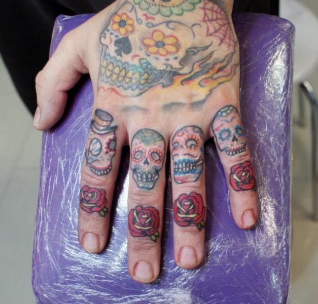 rose-et-tete-de-mort-doigt-tatouage-tattoo-finger-old-school – inked ivy
