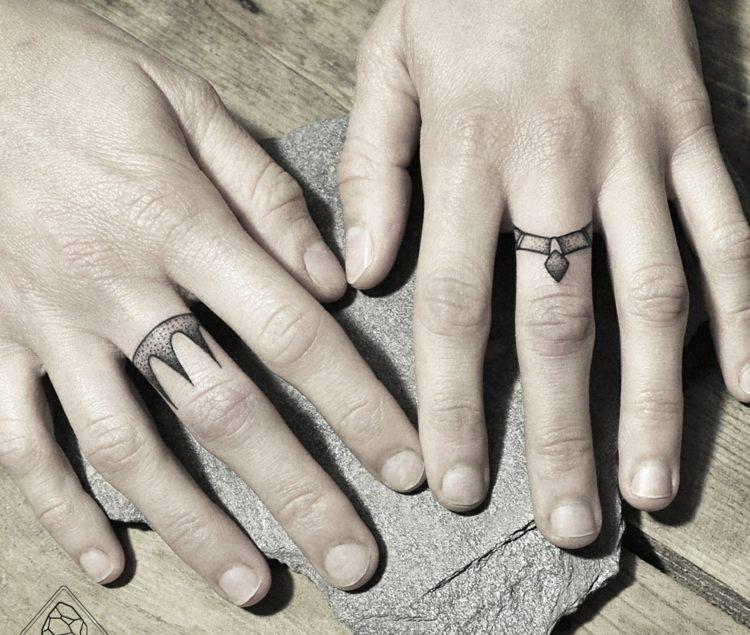 tatouage-doigt-couronne-noire-motif – inked ivy